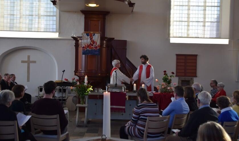 Dominee Ruben den Hertog (r) werd door zijn collega Freek Brandenburg verbonden aan de Protestantse Gemeente Vorden. Foto: PR