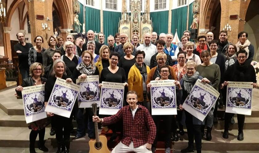 Ernest Beuving met achter hem de leden van Vocales tijdens de repetitie in de Groenlose Calixtusbasiliek. Foto: PR