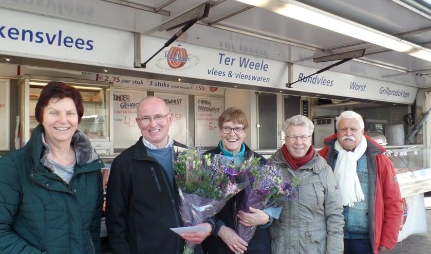 Gerrit van Renselaar en Hermien Kempers werden door enkele bestuursleden van de Marktvereniging Vorden bedankt voor hun jarenlange trouwe dienst in Vorden. Foto: Jan Hendriksen