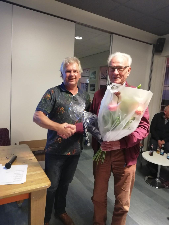 Hans Eijsink feliciteert Will Heinst met zijn gouden jubileum bij Litac. Foto: eigen foto  © Achterhoek Nieuws b.v.