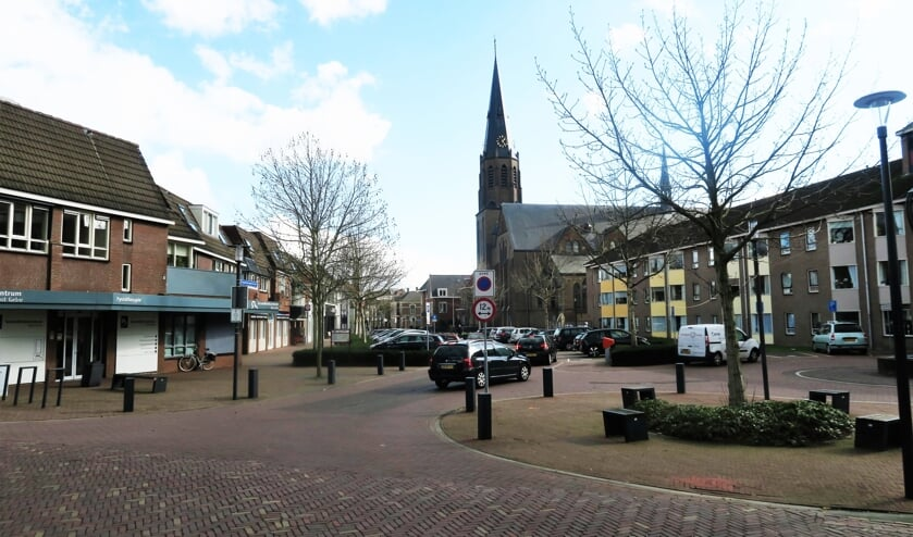 Een inkijk in de Rapenburgsestrraat in Lichtenvoorde, alwaar aan de rechter zijde de nieuwbouw van Careaz zal verrijzen. Foto: Theo Huijskes