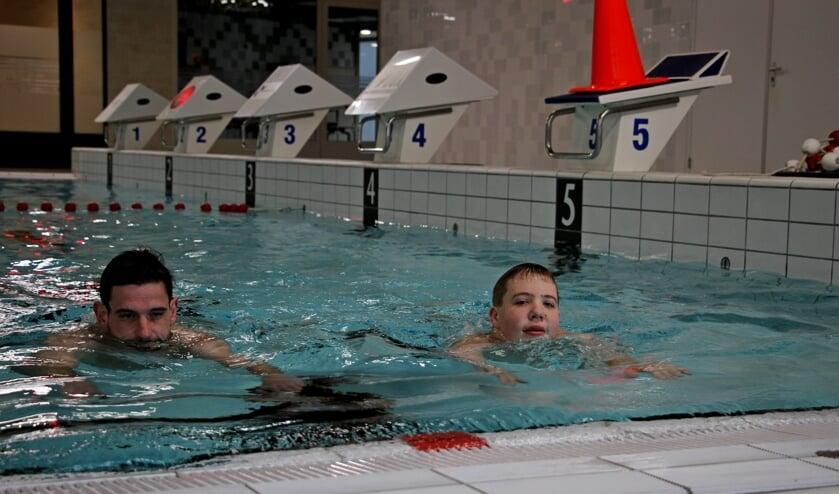 Milan Altena traint met Gerjan Dommerholt voor de SingelSwim Utrecht in zwembad IJsselslag Zutphen. Foto: Liesbeth Spaansen