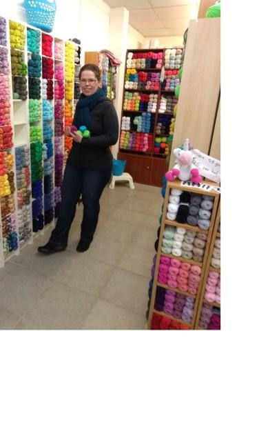 Eelke Hasselo in haar kleurrijke winkel aan de Kluiversgang. Foto: PR