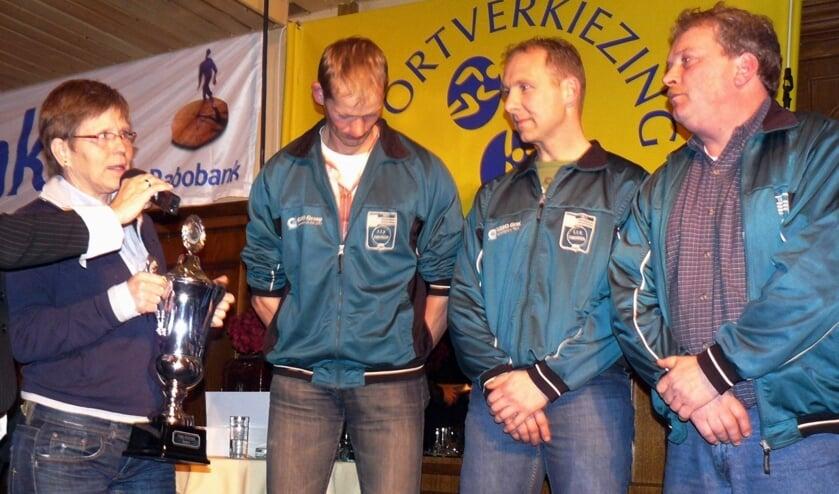 Annie Borckink reikt hier in 2008 de naar haar genoemde trofee uit aan (vanaf links) Edwin Goorhorst, Gerben Jansen en coach Marty te Luggenhorst van de Touwtrekkersvereniging Eibergen. Foto: PR