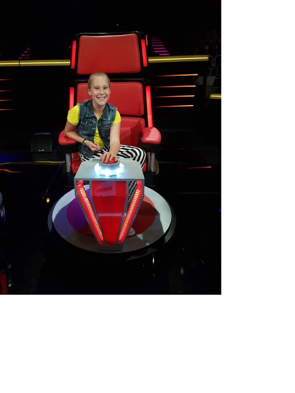 Merel in een van de stoelen van The Voice. Foto: PR RTL4