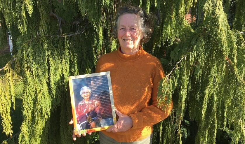 Anne van Beusekom-Orange met haar boek 'Achter de sluier'. Foto: Barbara Pavinati