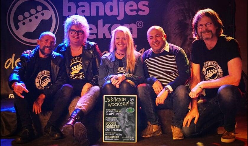 Boegbeeld Raaf (geheel links) met redactieleden van Bandjes kieken en Mesut Mis (2e van rechts) op het nieuwe podium van Irish Pub Home. Foto: Photographarry