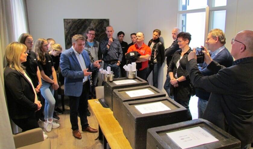 Notaris Hans Kraayenhof verricht de loting. Foto: Rob Stevens