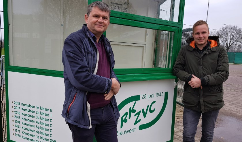 Voorzitter Johnny Cuppers en Michiel Krabbenborg bij de nieuwe ingang van het complex van RKZVC.