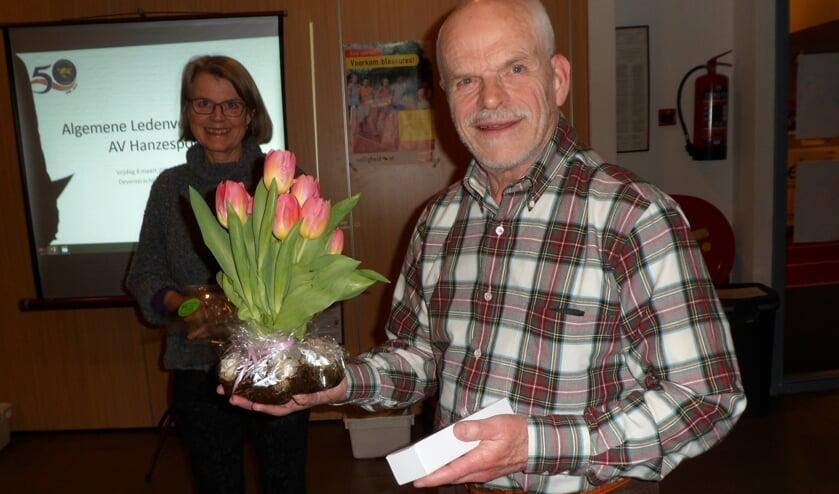 Henk Woudstra, een van de jubilarissen, blij met zijn onderscheiding voor 40 jaar lidmaatschap AV Hanzesport. Foto: PR