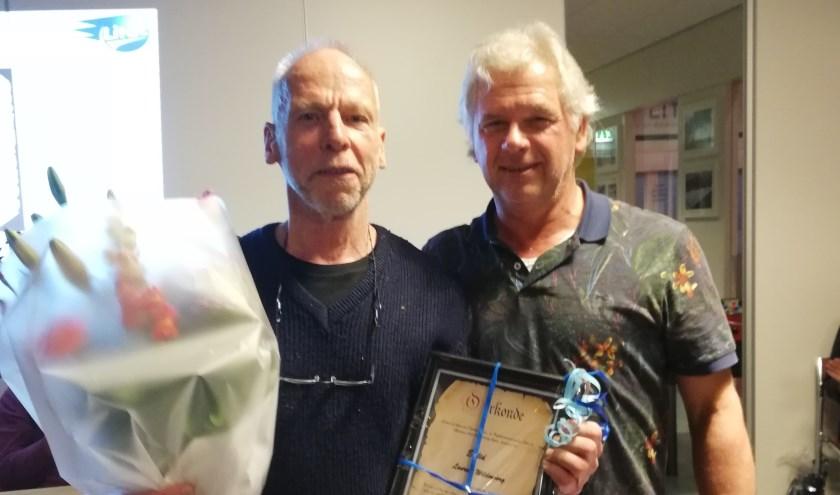 Laurens Wildenborg ontvangt de erelid-oorkonde uit handen van Hans Eijsink. Foto: eigen foto