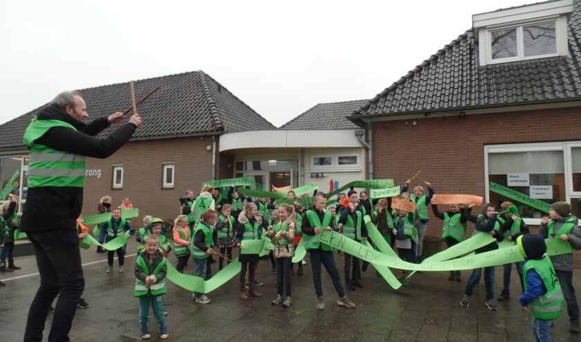 Onder aanvoering van locatiecoördinator Paul Knuivers trokken de leerlingen van De Driesprong luidruchtig een aantal keren rondom de school. Foto: Jan Hendriksen.
