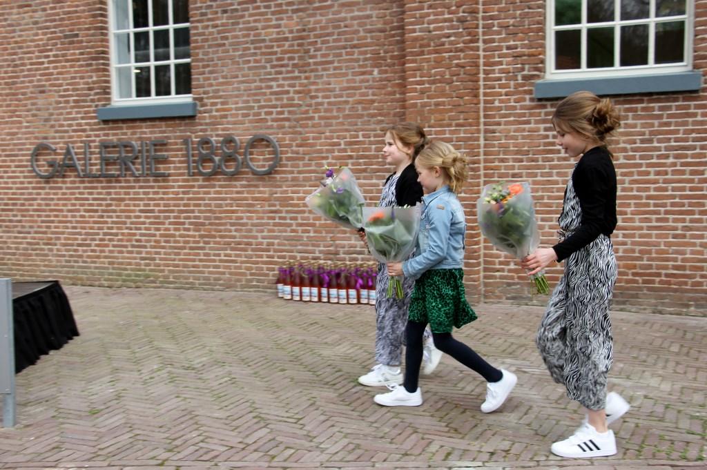 Marre, Anne en Fiene, bloemenmeisjes. Foto: Liesbeth Spaansen  © Achterhoek Nieuws b.v.