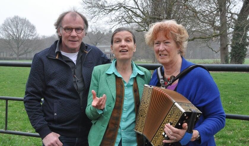 Henk Beunk, Helma Snelooper en Gerda Reijnders treden op de poëzieklinkplek op het landgoed Enghuizen op. Foto: PR