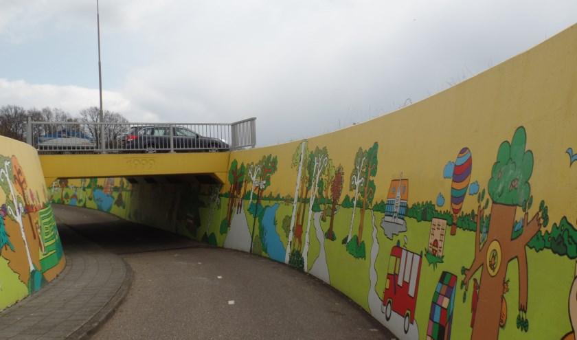 De vaste werkgroep van de Kunsttunnel in Ruurlo is afgelopen week weer druk bezig geweest met het reinigen van de wanden van de tunnel. Foto: PR.