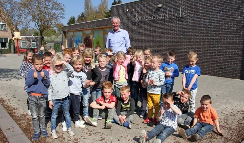 Meester Bert Eskes tussen de kleuters van zijn Dorpsschool Halle. Foto: Liesbeth Spaansen