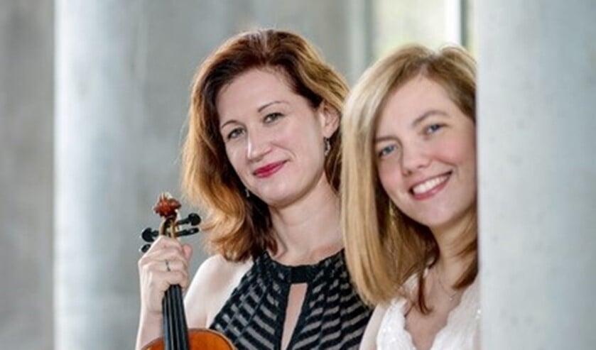 Rebecca Huber op viool en Petra Somlai op fortepiano, de vroegste versie van de piano, in het Ouhrlokaal. Foto: PR
