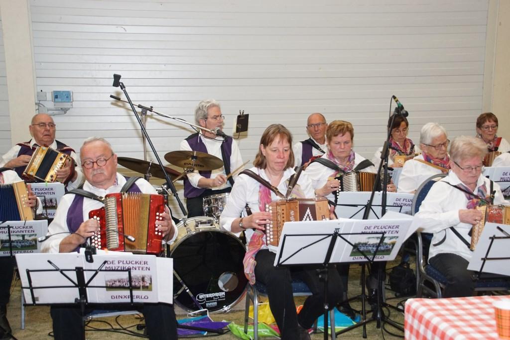 De Plucker Muzikanten zorgen voor een vrolijke noot. Foto: Frank Vinkenvleugel  © Achterhoek Nieuws b.v.