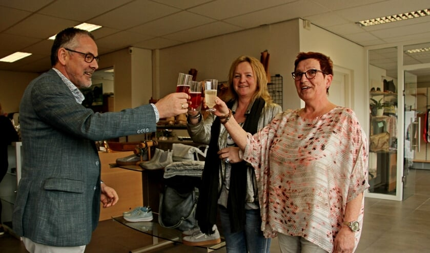 Wethouder Evert Blaauw proost met Erna Venneker en Nicole Eenink op Koko Bizjoe. Foto: Liesbeth Spaansen