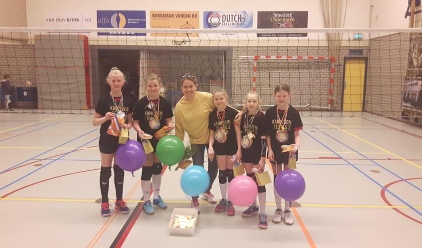 Faya, Anne, Mies, Inge en Esmee met trainer Hanneke. Foto: PR