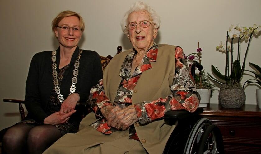 De 104-jarige mevrouw Lebbink-Hobelman wordt gefeliciteerd door burgemeester Besselink. Foto: Liesbeth Spaansen