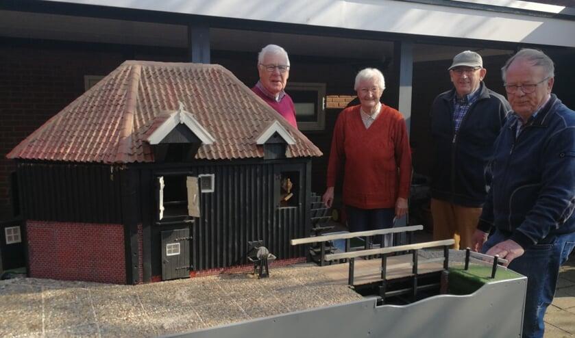 Het schaalmodel van de watermolen Den Haller wordt opgehaald bij mevrouw Th. Bruil-Hietbrink. Foto: Rob Weeber