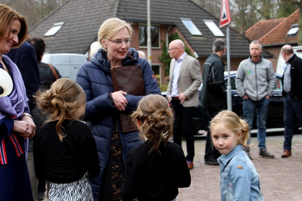 Burgemeester Marianne Besselink praat met Anne, Marre en Fiene. Foto: Liesbeth Spaansen  © Achterhoek Nieuws b.v.