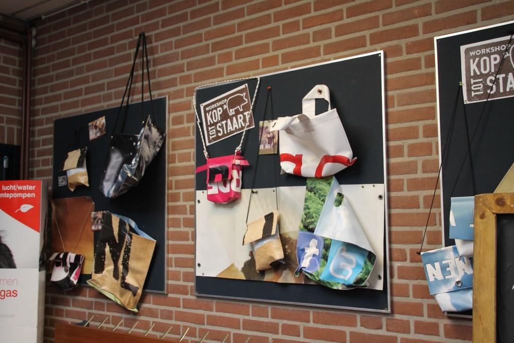 Tassen gemaakt van oude reclamebanners. Foto: Annekée Cuppers  © Achterhoek Nieuws b.v.