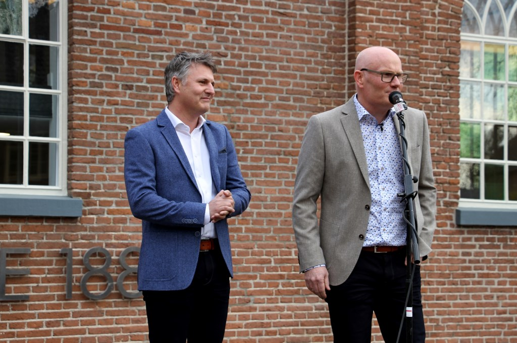 Mike en Rick Hulshof spreken de gasten toe. Foto: Liesbeth Spaansen  © Achterhoek Nieuws b.v.