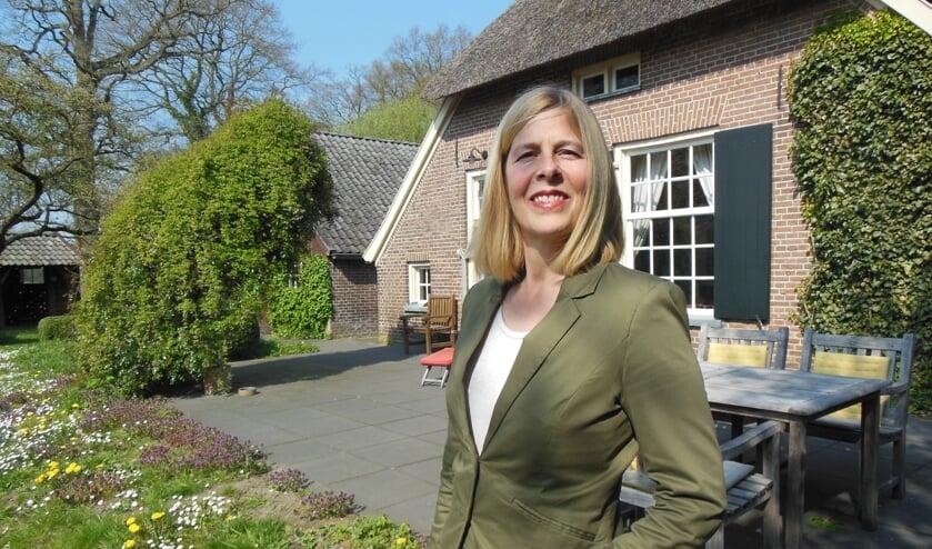 Mirjam van Tiel bij haar monumentale boerderij op landgoed Hackfort. Foto: Eric Klop