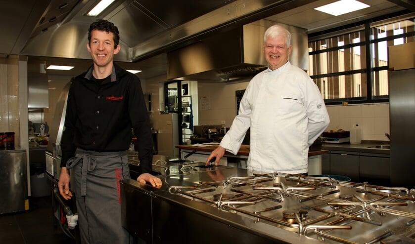 Jurgen (l.) en Johan Wunderink zijn tevreden met hun nieuwe keuken. Foto: Liesbeth Spaansen
