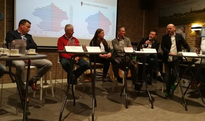 De fractieleiders in de Berkellandse raad, van links af Gerard Hilhorst (CDA), Bennie Morsink (OBL), Betsy Wormgoor (PvdA), Wim Klein Willink (VVD), Han Boer (D'66) en Leo Morren (GL). Foto: Rob Weeber