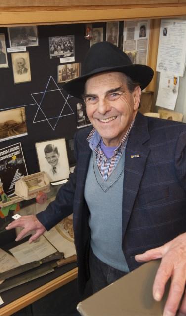 Sallo van Gelder in de synagoge. Foto: PR