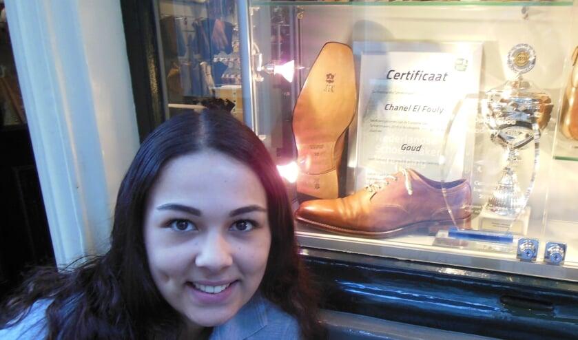 Chanel el Fouly voor de etalage van schoenmakerij 't Centrum, waarin Mitchel Leijser, sinds 2017 eigenaar, speciale aandacht besteedt aan haar ambachtelijke topprestatie.  Foto: Eric Klop