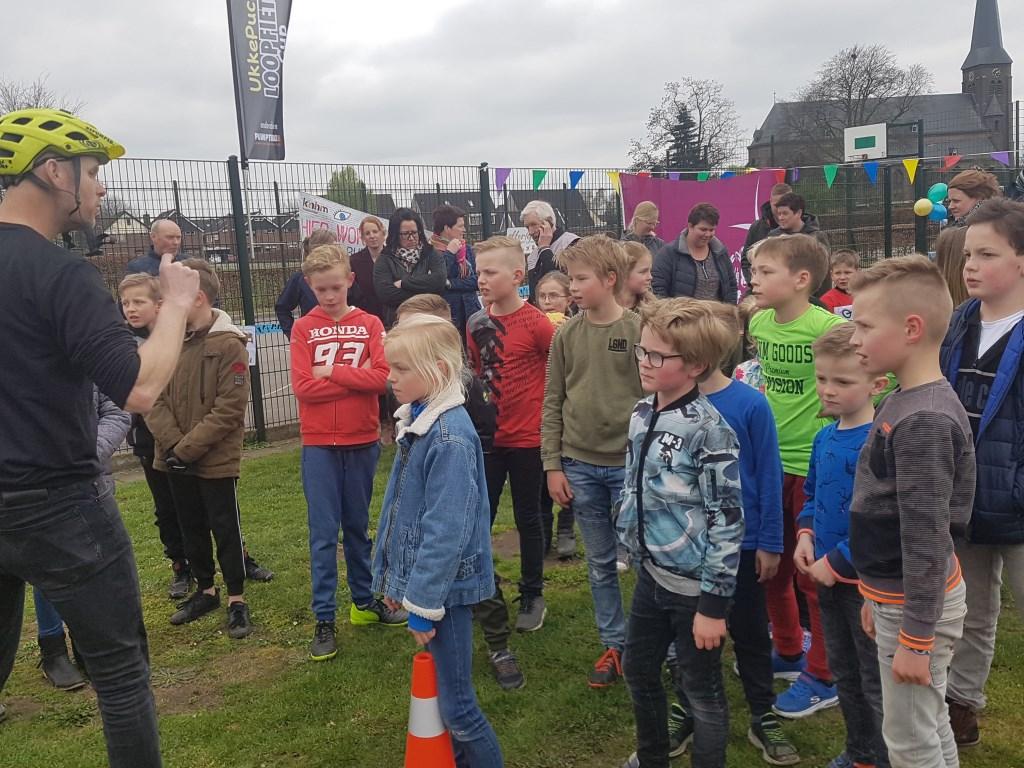 De kinderen uit Harreveld krijgen uitleg over het gebruik van de pumptrackbaan.   © Achterhoek Nieuws b.v.