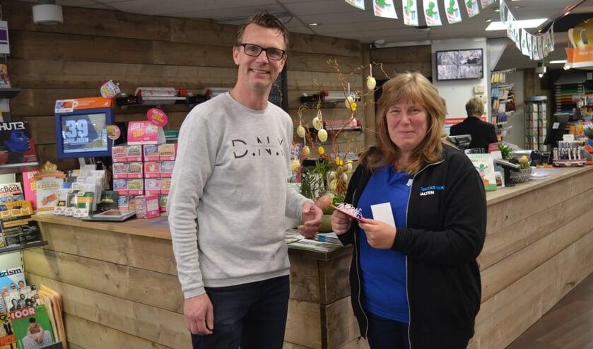 Marja krijgt een cadeaubon van Meneer Kees voor haar winnende limerick. Foto: Karin Stronks