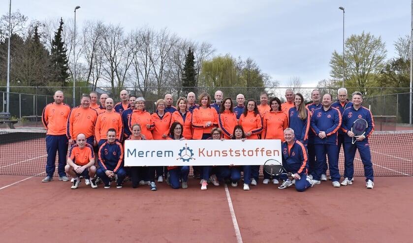 De tennissers in hun fraaie nieuwe tenue. Foto: Jan Willem Mateman