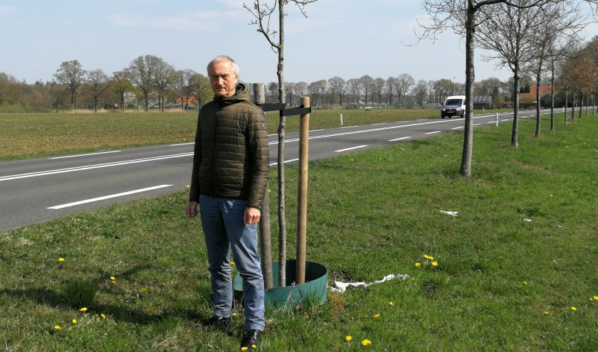 Jan Zappeij wijst op de grilligheid van het aanplantbeleid langs de N315. Foto: Rob Weeber