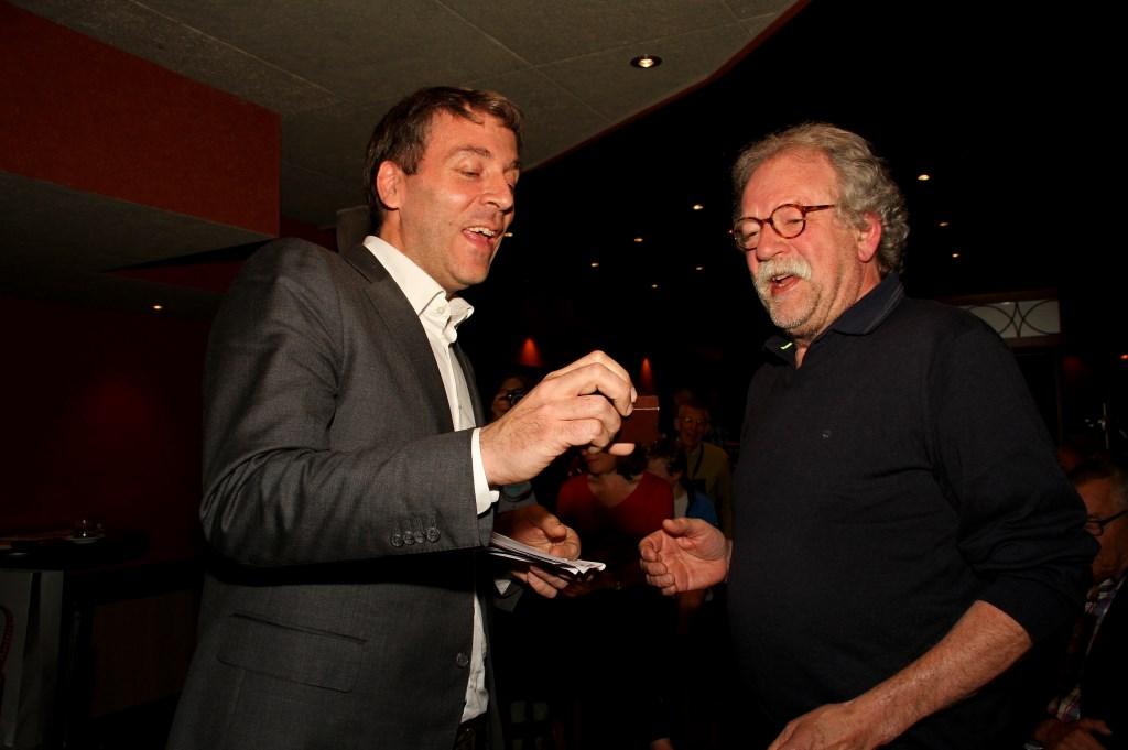 Fabien Pois en Marcel Bugter bekijken de médaille Paul Belmondo.  Foto: Liesbeth Spaansen  © Achterhoek Nieuws b.v.