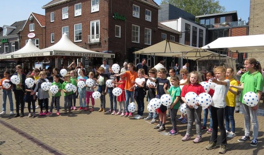 De jonge zangers verrasten de bezoekers van de binnenstad op het Simonsplein. Foto: Josée Gruwel