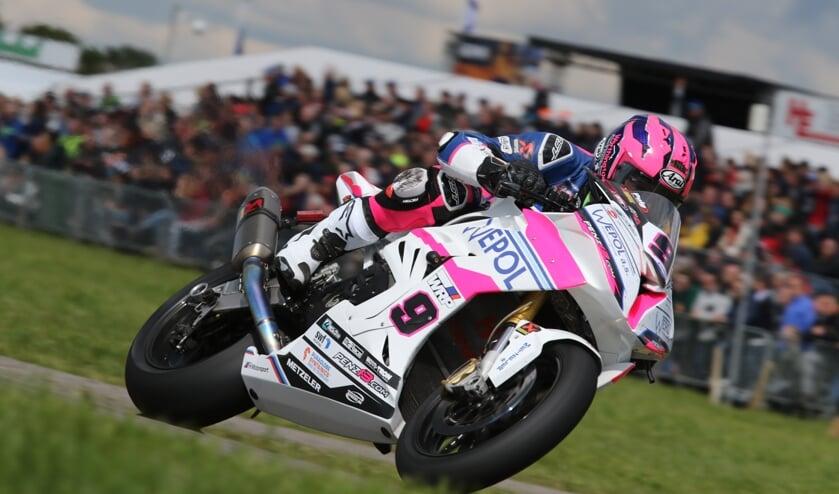 De man van de dag Davey Todd won beide IRRC Superbike races. Foto: Henk Teerink