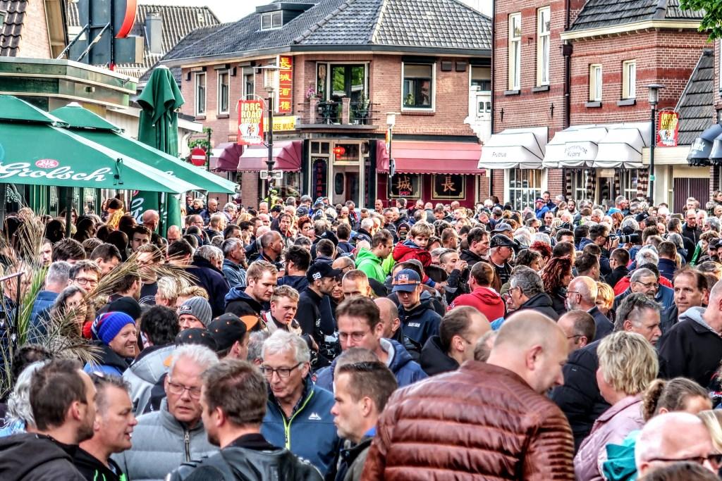 Het is druk in Hengelo tijdens de rijdersparade die raceweekend aftrapt. Foto: Luuk Stam  © Achterhoek Nieuws b.v.