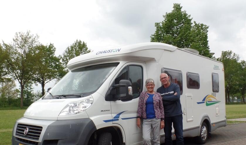 Alie en Frans Nijenhuis met de camper waarmee ze naar Moldavië reizen voor ontwikkelingswerk. Foto: Jan Hendriksen