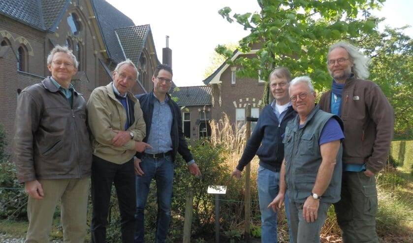Het bestuur van bijenhoudersverenigign Steunt Elkander met enkele leden bij de boom die vorig geschonken werd. Foto: PR.