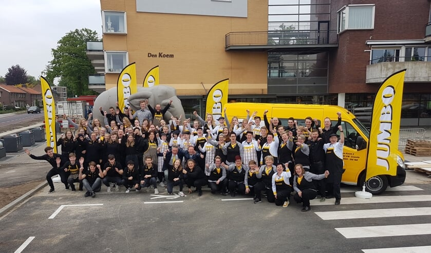 Het team van Jumbo Groenlo voor de nieuwe winkel. Foto: Mark Ebbers