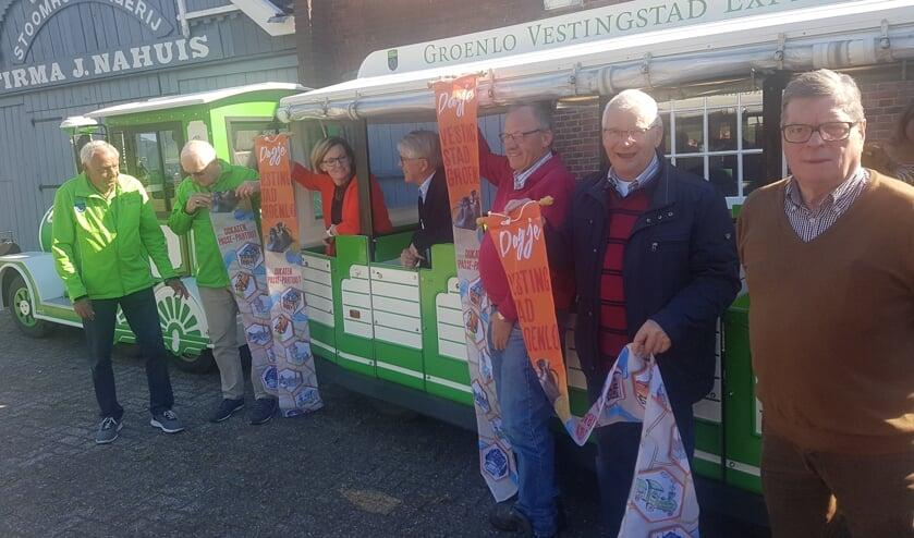 Vertegenwoordigers van de toeristische bezienswaardigheden met de nieuwe vaandels. Foto: Kyra Broshuis