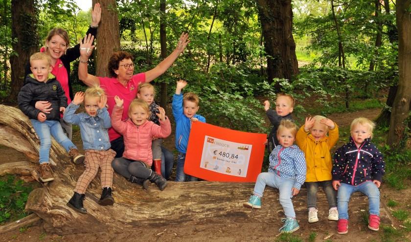 De kinderen en hun leiding zijn erg trots op het eindresultaat van bakactie voor Kika. Foto:PR