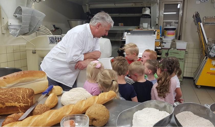 Bakker Ton leert de kleuters van de Bernardusschool alles over brood bakken. Foto: Miranda Straatman