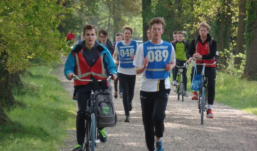 De hardlopende en mee fietsende studenten op de Rommelderdijk in Vorden. Foto: Jan Hendriksen