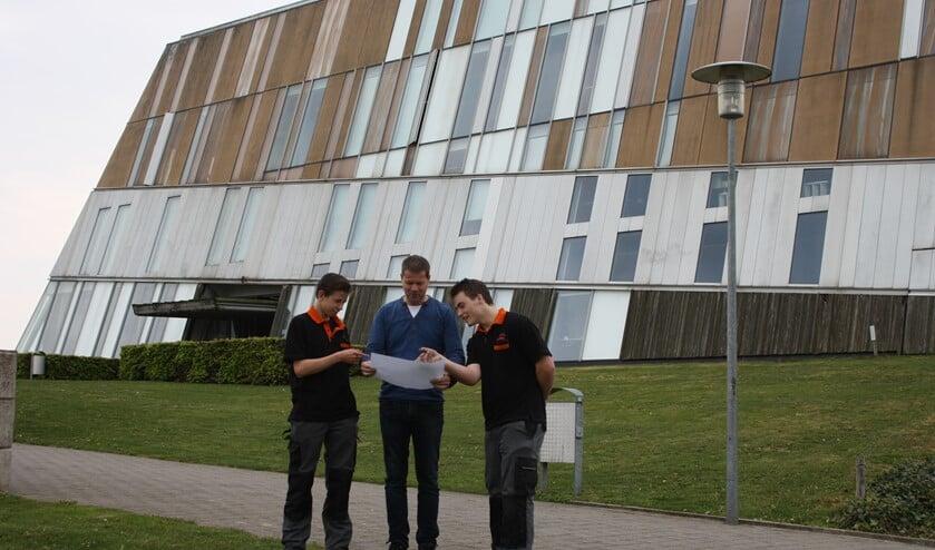 Sam Hiddinga, docent Tonny te Winkel en Kai Scheffel (vlnr) voor het Metzo College. Foto: PR